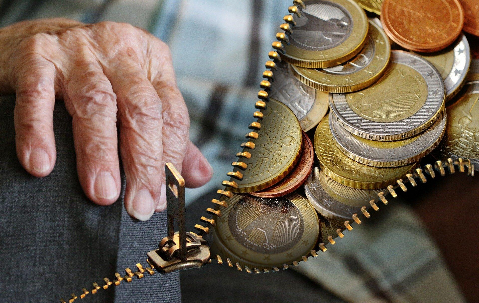 Eine ältere Hand mit Geld